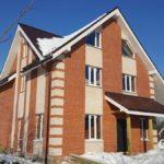 Строительство загородного дома, отделка фасадов красным и белым кирпичом