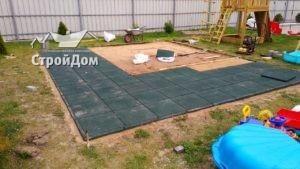 Монтаж резиновой плитки для детской площадки