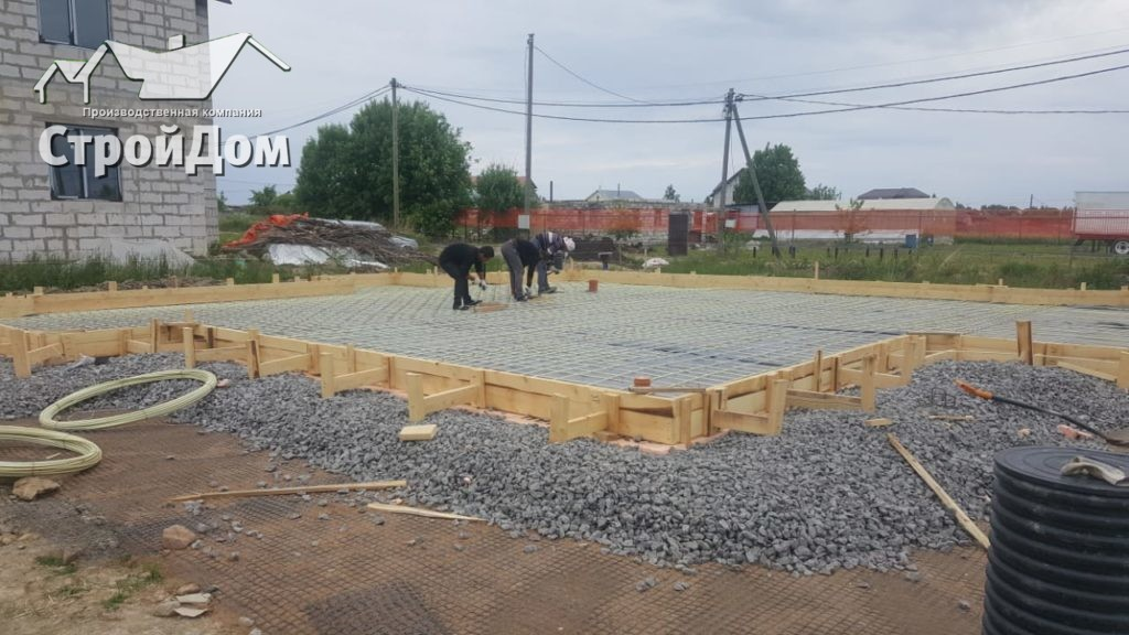 Армирование плиты фундамента дома из газобетона композитной арматурой, монтаж опалубки
