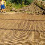 Строительство фундамента загородного дома, песчаная подготовка, укладка геосетки