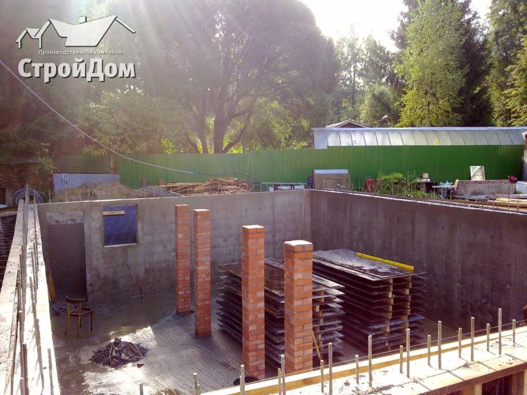 Фундамент загородного дома с цокольным, подвальным этажом, Строительство фундамента дома осенью и сколько он должен отстояться