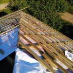Монтаж ветрозащиты и обрешёток кровли загородного дома из кирпича