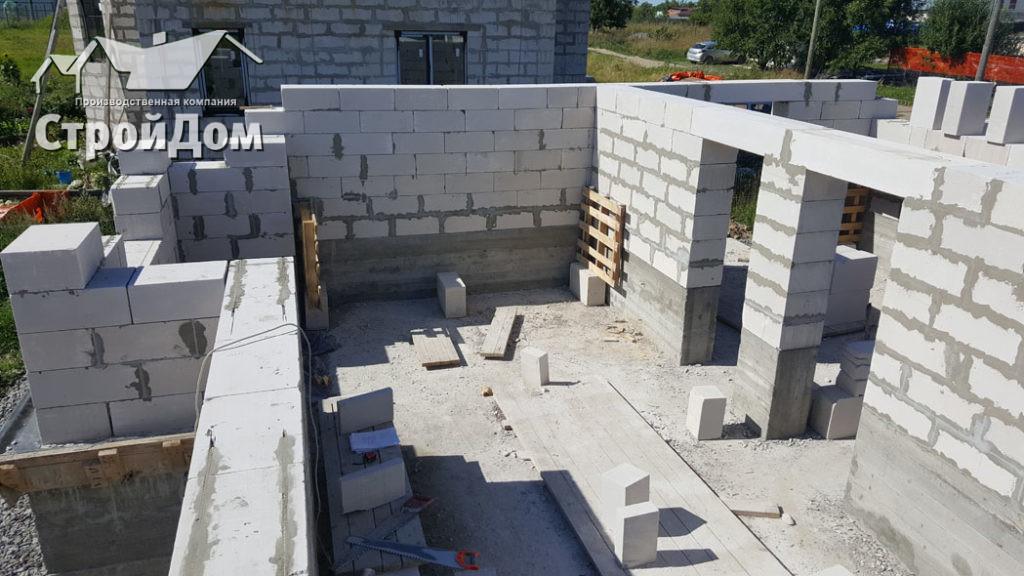 Кладка стен из газобетонных блоков по железобетонному ростверку