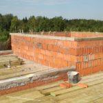 Монтаж балок перекрытия второго этажа, устройство армопояса при строительстве загородного дома из кирпича