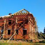 Монтаж стропильной системы и ветрозащиты кровли загородного дома из кирпича