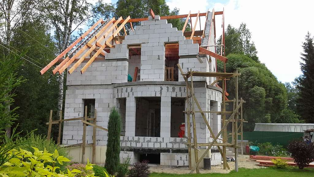 На чем можно сэкономить при строительстве дома, а на чем экономить нельзя?