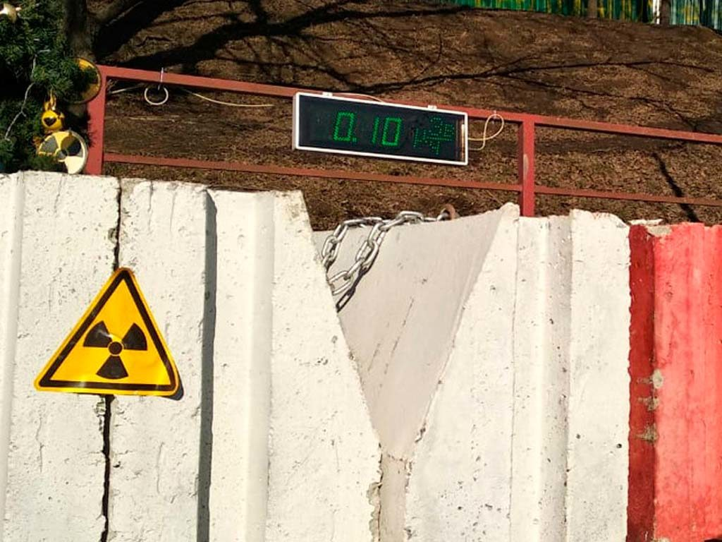 Радон: мифы и факты применительно к строительству цокольных этажей  Известно ли вам об опасности некоторых домов, о которой мало информируют, все чаще озвучивая не совсем верные сведения? Речь идёт о превышении концентрации в воздушных массах цокольных помещений газа радона, который радиоактивен и нередко приводит к онкологическим заболеваниям лёгких у жителей таких домов. Согласно канадским исследованиям, радон является второй из причин, вызывающих рак лёгких. Первой причиной считается курение. Помимо этого, при попадании радона в человеческий организм, происходит облучение молекул тканей его органов, что может привести к генетическим мутациям. Ишемическая болезнь сердца, злокачественные опухоли и бронхиальная астма также имеют прямую связь с воздействием радона. Для предотвращения негативных воздействий радона на здоровье людей, ещё в конце прошлого столетия был разработан ФЗ о радиационной безопасности населения. Данный закон призывает подрядчиков учитывать проблему радона при строительстве учреждений для детей и многоквартирных домов. Однако опыт применения данного закона показал, что он далеко не совершен... Причин для этого предостаточно, одной из которых является огромная территория нашей страны. Вспомним урок химии: что же такое радон? Это радиоактивный газ, являющийся естественным природным источником ионизирующего излучения. Он не взрывоопасен, не имеет цвета и запаха. Именно поэтому при превышении его концентрации создаётся опасность для хозяев этих домов, особенно, если дома предназначены для круглогодичного пользования, в частности, для обитателей нижних этажей. Итак, рассмотрим самые известные мифы, которые возникли вокруг газа радона при строительстве домов, подтвердив или опровергнув их фактами. Особенно актуальной данная информация будет для тех, кто только задумывается о строительстве дома. Если ваш дом уже построен, нужно просто вызвать специалистов для замера данного газа в воздухе ваших помещений. Совсем необязательно, что у вас с этим возникнут