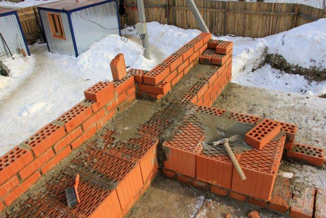 Можно ли строить дом из кирпича  осенью и зимой?