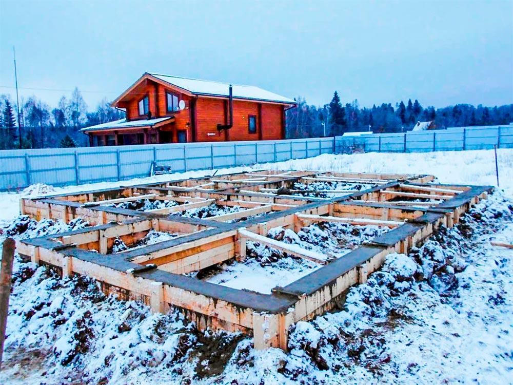 Можно ли строить дом осенью и зимой?